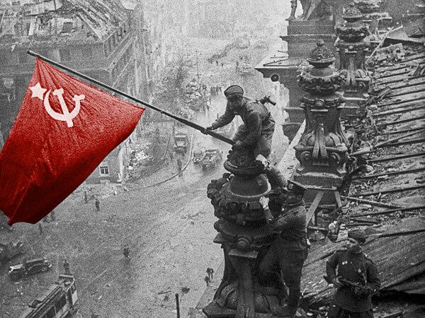 Как над Рейхстагом над Раккой подняли красное знамя